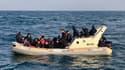 Des sauveteurs aidant des migrants