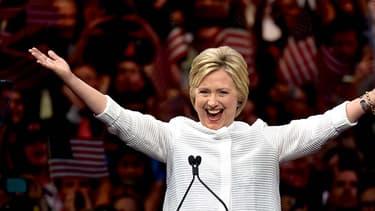 """Hillary Clinton célèbre sa victoire après le dernier """"Big Tuesday"""" des primaires américaines."""