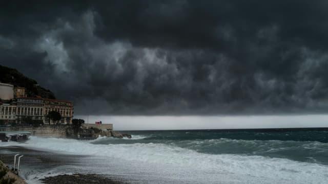 La promenade des Anglais à Nice frappée par la tempête le 2 octobre 2020