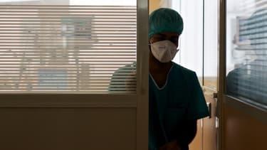 Une soignante portant un masque sanitaire dans un établissement hospitalier de Guyane, le 9 avril 2020.