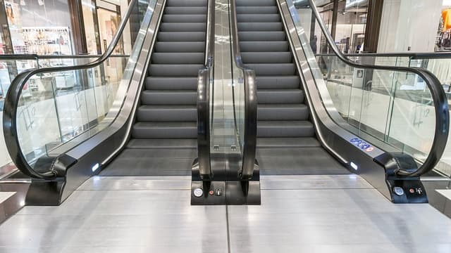 Une femme a coincé son chariot dans un escalator, et a fait six blessés.