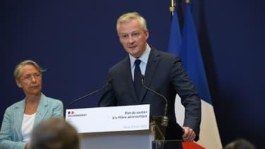 Le ministre de l'Economie Bruno Le Maire (d) et la ministre de la Transition écologique Elisabeth Borne, lors de la présentation du plan de soutien à la filière aéronautique, le 9 juin 2020 à Paris