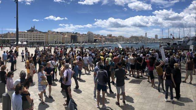 Une centaine de personnes se sont réunis sur le Vieux-port de Marseille le mercredi 14 juillet pour protester contre la mise en place du pass sanitaire.
