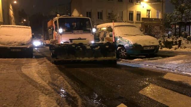 Les déneigeuses ont travaillé toute la nuit pour dégager les routes.