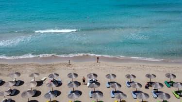 Des parasols sur la plage de Falassarna, en Crète, en mai 2021.
