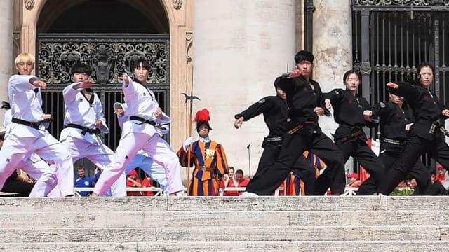 Leçon de taekwondo pour le pape François  -