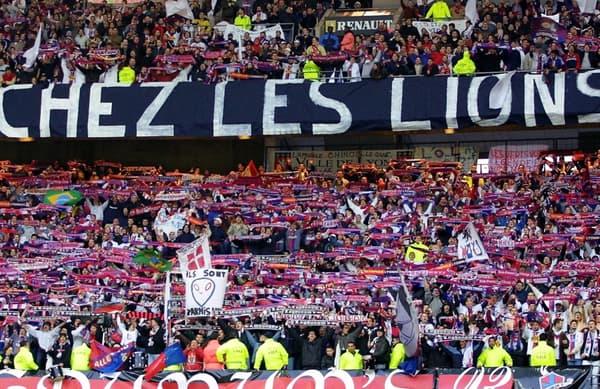 Les supporters lyonnais au Stade de France lors de la finale de la Coupe de la Ligue 2001