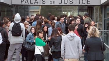 Le prétoire était trop petit vendredi au tribunal de Narbonne (Aude) pour offrir une place assise à ces dizaines de jeunes. Des amis de Florian et Hélène, les deux victimes du chauffard condamné à 4 ans de prison ferme.