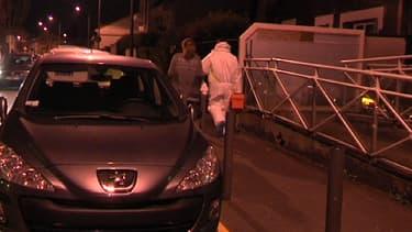 Enquêteurs devant le cabinet du dentiste agressé, lundi soir, dans le centre-ville du Blanc-Mesnil, en Seine-Saint-Denis.