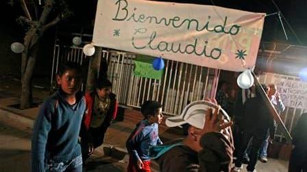Fête organisée par les voisins du mineur chilien Claudio Yanez, pour célébrer son retour chez lui, dans un quartier ouvrier de Copiapo. Les trois premiers des 33 mineurs ayant passé deux mois sous terre ont pu quitter l'hôpital et rentrer chez eux à la to