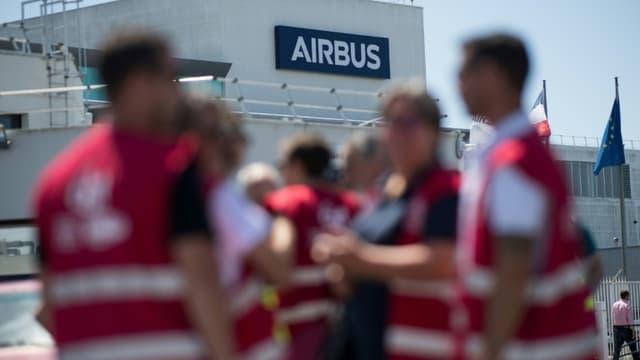 Des salariés d'Airbus réunis devant une usine Airbus, à Montoir-de-Bretagne, le 8 juillet 2020