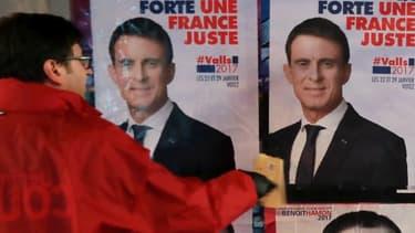 Les supporters des deux hommes placardent des affiches de campagne
