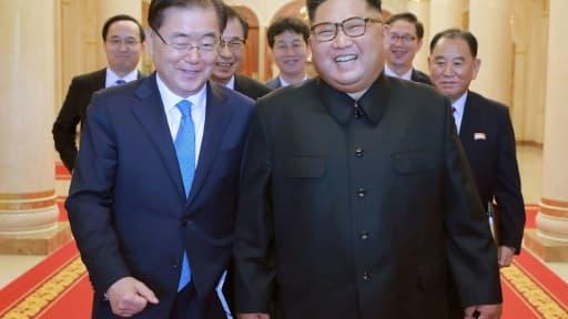 Photo diffusée le 6 septembre 2018, montrant le dirigeant nord-coréen Kim Jong-un (D) et Chung Eui-yong (G), le conseiller à la sécurité nationale du chef de l'Etat sud-coréen, lors d'une rencontre à Pyongyang