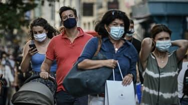 Des passants portant des masques en raison de la pandémie de coronavirus, dans les rues de Bordeaux, en France, le 5 septembre 2020
