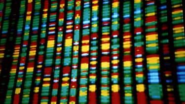 La police scientifique identifie les auteurs d'infractions par des moyens scientifiques, tels que l'analyse ADN.