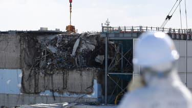 Homme portant une combinaison de protection, en février 2016, sur le site de Fukushima.