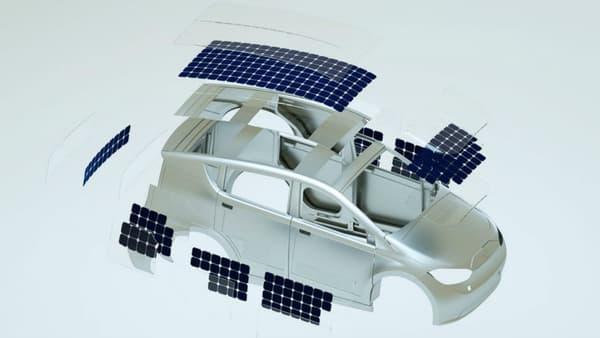 Installés sur le toit, le capot, les portières, les 330 cellules photovoltaïques fournissent jusqu'à 30 kilomètres d'autonomie.