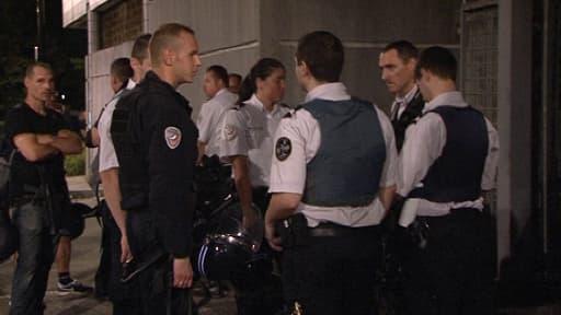 Policiers aux Merisiers à Trappes, la première nuit d'émeutes, le 19 juillet.