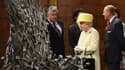 """La reine d'Angleterre face au trône de fer de la série """"Game of Thrones"""", dans les studio irlandais de Belfast, où est tournée la série."""