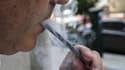 Une personne en train de vapoter (photo d'illustration)