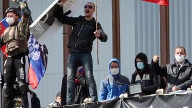 Des activistes pro-russes s'emparent d'un bâtiment officiel à Donetsk, dans l'Est de l'Ukraine, le 7 avril.