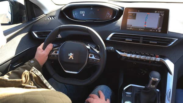 Comme sur le 3008, le i-cockpit de Peugeot (son nouveau combiné de cadrans et d'écrans tactiles) est un très gros plus du 5008.