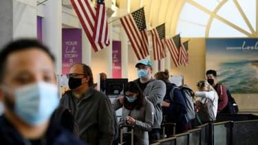 Des passagers font la queue à l'aéroport international de Los Angeles, le 25 novembre 2020, veille de Thanksgiving