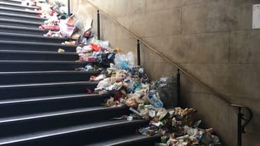 Des déchets déversés à la station Trocadéro