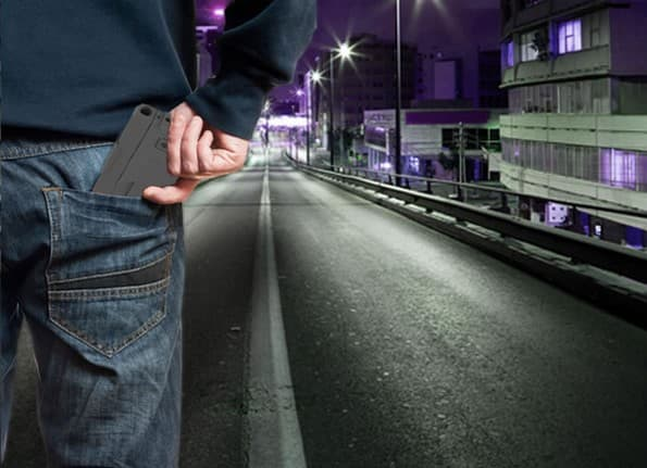 Cette arme se glisse dans une poche, comme un portefeuille ou un smartphone...