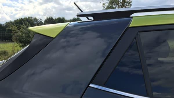 Kia revendique un esprit Targa avec sa nouvelle carrosserie bi-ton. Le montant arrière conserve la teinte de la carrosserie, seul le becquet reprend celle du toit.