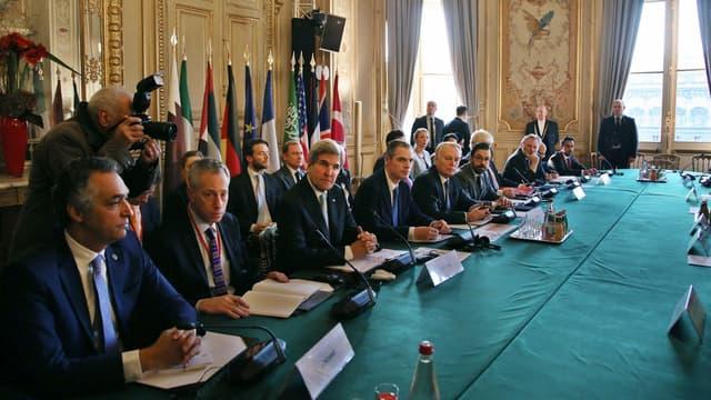 John Kerry entouré de nombreux ministres des Affaires étrangères à Paris lors d'une réunion internationale sur la Syrie, le 10 décembre 2016 à Paris.