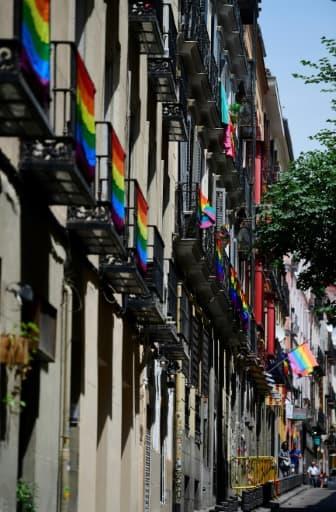 Des drapeaux arc-en-ciel accrochés aux balcons du quartier Chueca, le 22 juin 2017 à Madrid pour la WorlPride