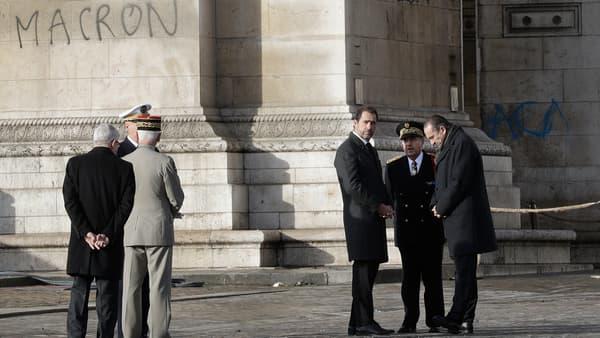 Christophe Castaner devant l'Arc de Triomphe tagué, le 2 décembre.