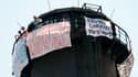 """Les trois pères perchés en haut d'une cheminée d'usine à Grenoble refusent de descendre tant que leurs droits ne sont pas """"reconnus""""."""