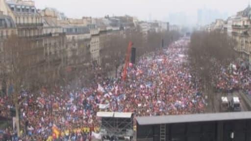 Les manifestants contre le mariage homosexuel se sont rassemblés le long de l'axe La Défense-Charles de Gaulle-Etoile.