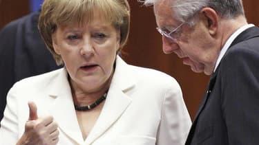 La chancelière allemande Angela Merkel en compagnie du président du Conseil italien Mario Monti vendredi à Bruxelles. Les médias européens, y compris allemands, estiment qu'Angela Merkel sort perdante du Conseil européen de jeudi et vendredi à Bruxelles.