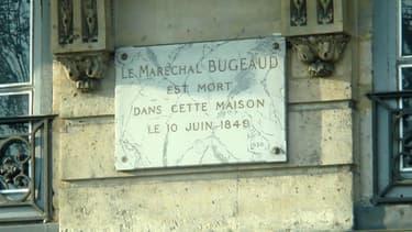 Plaque commémorative du maréchal Bugeaud quai Voltaire à Paris.