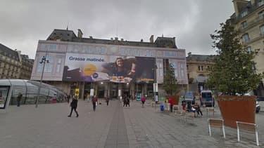 Une bâche publicitaire est restée installée sur la façade de la gare Saint-Lazare pendant deux ans et demi.