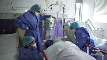 Du personnel soignant auprès d'un malade du Covid-19 dans un hôpital stéphanois. (Photo d'illustration)