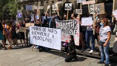 """Des pancartes """"Bienvenue à Pédoland"""" ont été brandies devant l'Hôtel de Ville pour réclamer la démission de Christophe Girard."""