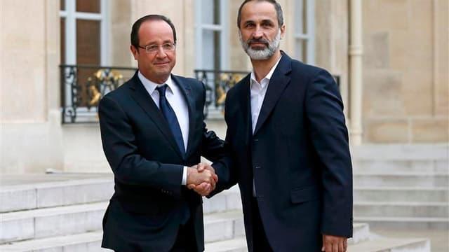 François Hollande recevant le chef de l'opposition syrienne Ahmad Moaz al-Khatib à l'Elysée. L'opposition syrienne désignera un ambassadeur de la Syrie en France, a annoncé le président français, quatre jours après avoir reconnu la légitimité de la nouvel