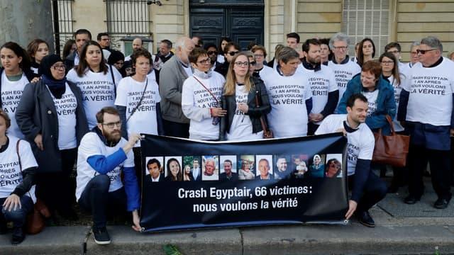 Des proches des victimes du crash d'Egyptair lors d'une manifestation devant l'ambassade d'Égypte à Paris le 19 mai 2017
