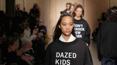 Défilé de présentation de la collection d'automne 2016 de DKNY, marque issue de Donna Karan International.