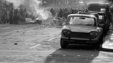 Une barricade en feu dans le quartier latin de Paris, en mai 1968