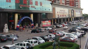 Des voitures stationnées devant un centre commercial à Urumqi, capitale du Xinjiang.
