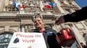 Une centaine de personnes ont manifesté et mendié symboliquement jeudi devant la mairie de Marseille pour protester contre un arrêté anti-mendicité pris par la municipalité. /Photo prise le 20 octobre 2011/REUTERS/Jean-Paul Pélissier
