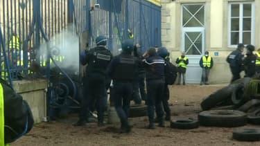 Une trentaine d'individus a tenté de pénétrer dans la préfecture du Puy-en-Velay.