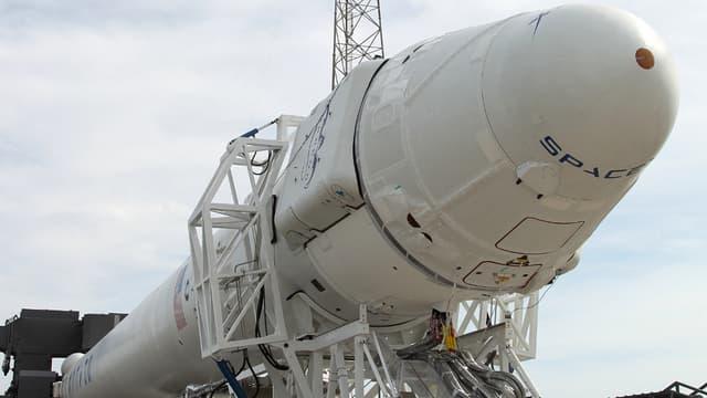 La capsule non habitée Dragon à bord de sa fusée Falcon 9, toutes deux fabriquées par SpaceX. La société privée américaine prévoit de lancer sa capsule vers la Station spatiale internationale mardi 6 janvier 2015.