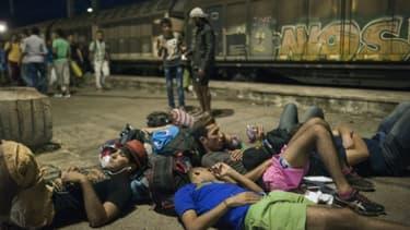 Des migrants attendent un train dans la ville de Gevgelija, à la frontière entre la Macédoine et la Grèce, le 19 août 2015
