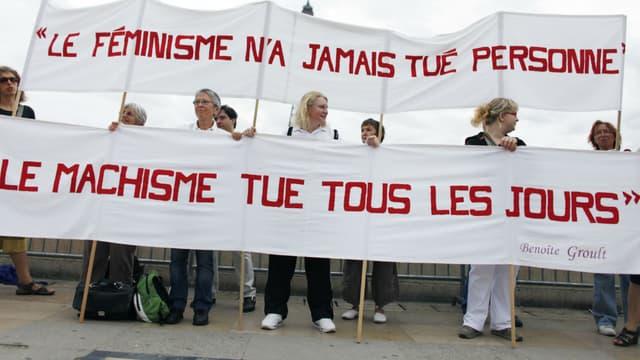 Des militantes féministes participent le 26 août 2010 place du Trocadéro à Paris à un rassemblement pour commémorer les 40 ans du mouvement féministe